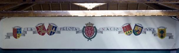 Escudos del Club de Tenis de Pamplona (1940) antes de que al de Navarra se le quitara la laureada y la corona. Cedida
