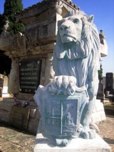 Uno de los cuatro leones del mausoleo de Estella que sujetan los escudos de Guipúzcoa, Vizcaya, Álava y Navarra. M. M